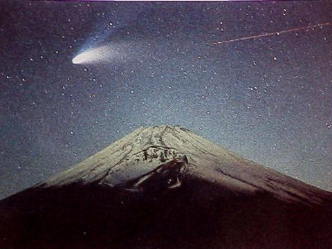 Spectacular photo of Comet Hale-Bopp over Mt. Fuji 1997-05-30